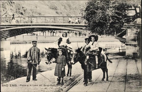 Ak Bad Ems im Rhein Lahn Kreis, Partie an der Lahn, Kinder mit Bergesel, Brücke