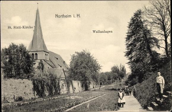 Ak Northeim in Niedersachsen, Blick auf die St. Sixti Kirche, Partie an den Wallanlagen