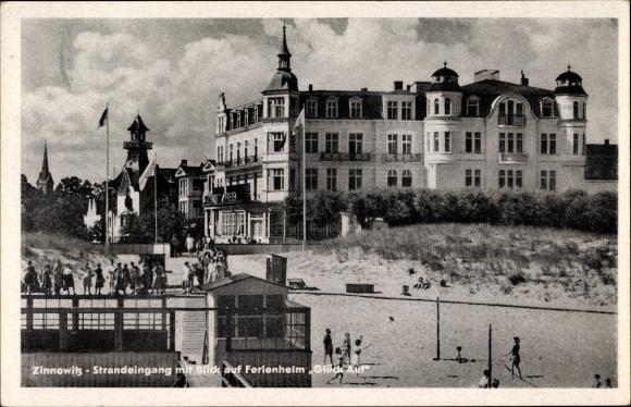 Ak Ostseebad Zinnowitz, Strandeingang mit Blick auf Fereinheim Glück Auf, Volleyballpartie