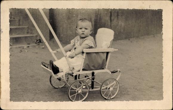 Foto Ak Kleinkind in einem Kinderwagen, Kinderportrait