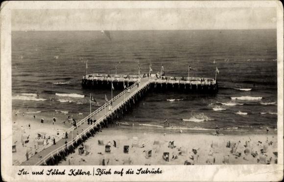 Ak Kołobrzeg Kolberg Pommern, Blick auf die Seebrücke, Strand, Besucher