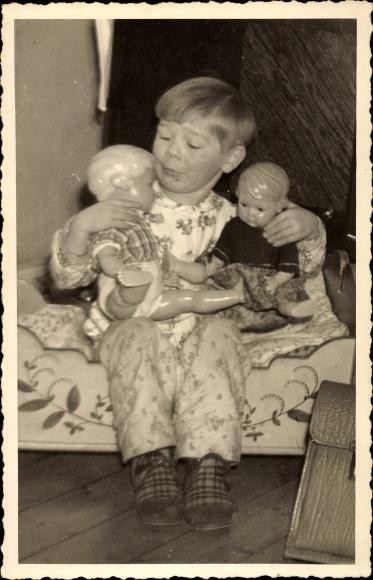 Foto Ak Kind mit zwei Schildkröt Puppen