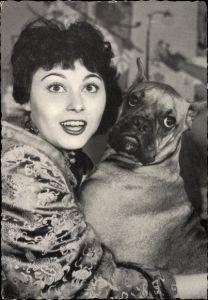 Ak Schauspielerin Elma Karlowa mit Boxer Hund, Portrait, überraschter Blick