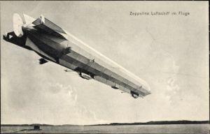 Ak Zeppelins Luftschiff im Fluge, Starrluftschiff über dem Wasser