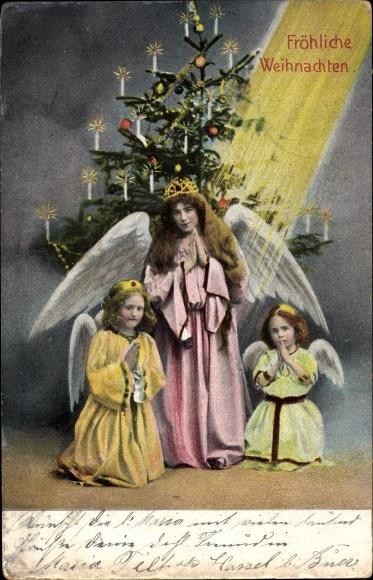 Ak Frohe Weihnachten, Betende Engel vor dem Weihnachtsbaum