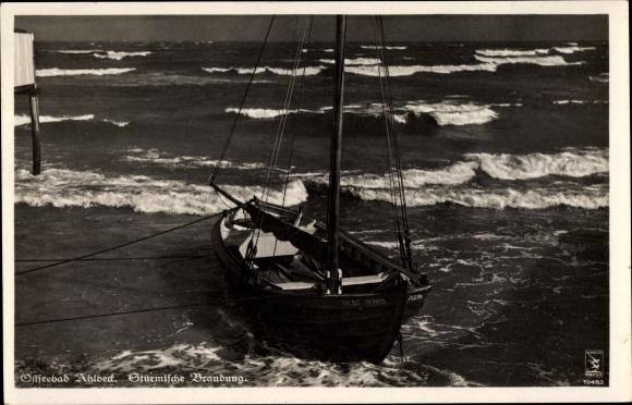 Ak Ostseebad Ahlbeck Heringsdorf, Stürmische Brandung, Segelboot am Strand, Klinke 10483