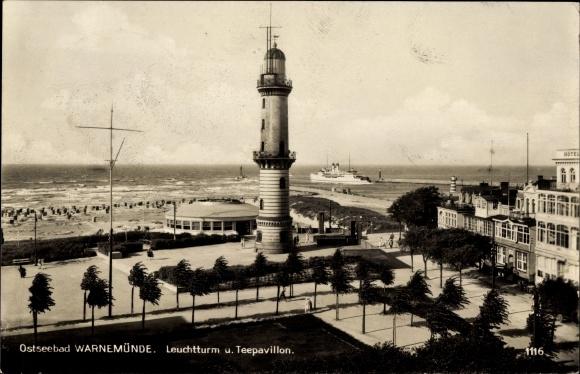 Ak Rostock Warnemünde, Strandpromenade mit Leuchtturm und Teepavillon, ausfahrendes Schiff