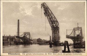 Ak Wilhelmshaven in Niedersachsen, Der größte Schwimmkran der Welt fährt durch die größte Drehbrücke