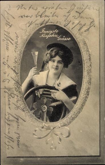Passepartout Ak Glückwunsch Neujahr, Frau in Matrosenuniform mit Sektglas am Steuerrad