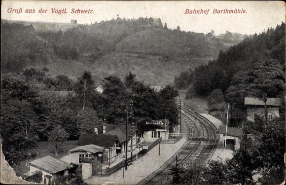 Ak Barthmühle Pöhl Vogtland, Blick auf den Bahnhof, Gleisseite, Perrons