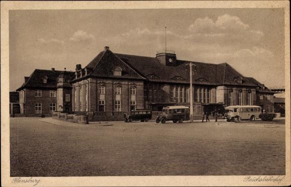 Ak Flensburg in Schleswig Holstein, Autobusse vor dem Reichsbahnhof