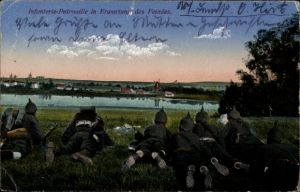 Ak Infanterie Patrouille in Erwartung des Feindes, Gewehr im Anschlag