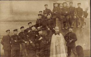 Foto Ak Deutsche Soldaten in Uniformen, Gruppenportrait, Jäger, Hubertus Ärmelabzeichen, I. WK