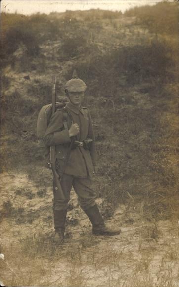 Foto Ak Deutscher Soldat in Uniform, Standportrait, Pickelhaube mit Überzug, Gewehr, Rucksack, I. WK