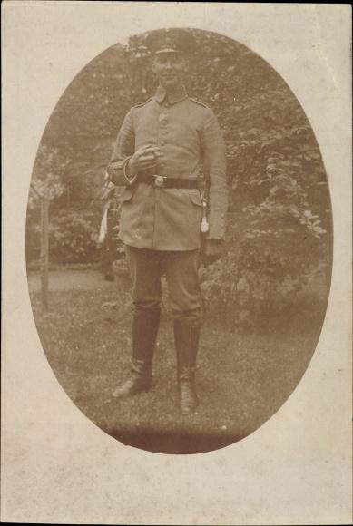 Foto Ak Deutscher Soldat in Uniform, Standportrait, Schirmmütze, Zigarre, Quaste, Stiefel, I. WK