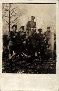 Foto Ak Deutsche Soldaten in Uniformen, Portrait an einem Geschütz, Kanone, I. WK
