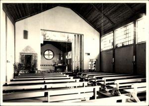 Foto Ak Westerland auf Sylt, Blick in das Innere einer Kirche, Bänke, Kreuz