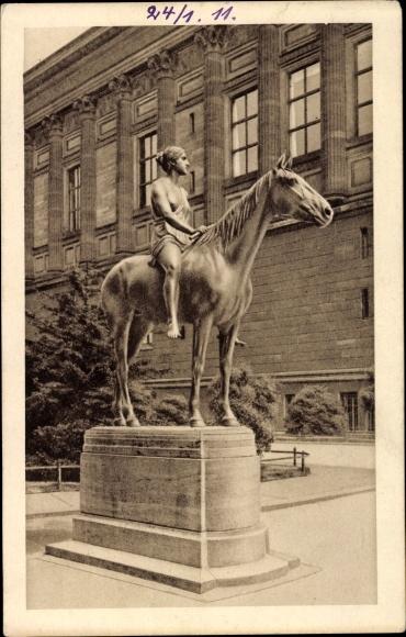 Ak Berlin Mitte, Reiterstatue Amazone, Vor der Nationalgalerie