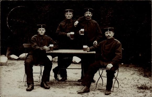 Foto Ak Soldaten in Uniform mit Biergläsern an einem Tisch, I. WK