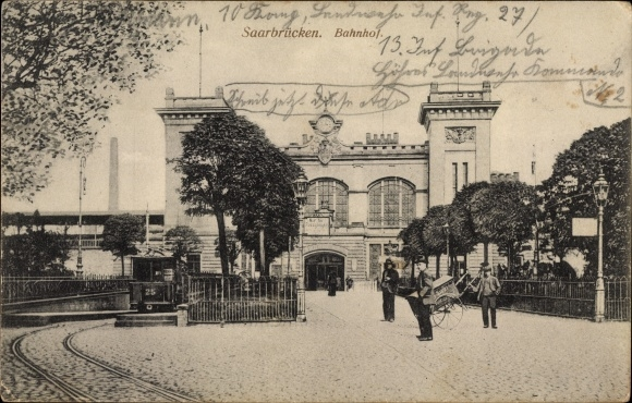 Ak Saarbrücken im Saarland, Blick auf den Bahnhof, Straßenseite, Straßenbahn Linie 25