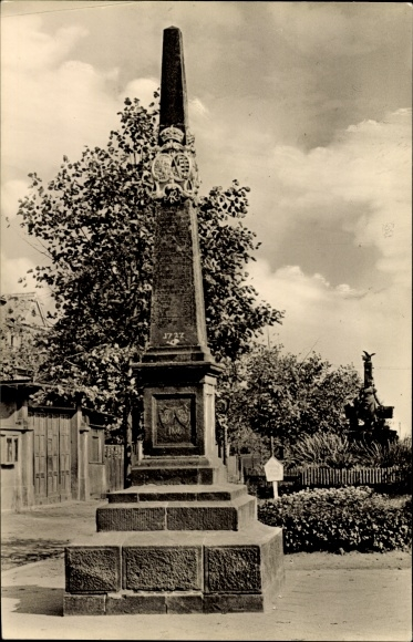 Ak Leisnig an der Freiburger Mulde Sachsen, Partie an der Postsäule, Denkmal