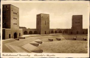 Ak Olsztynek Hohenstein Ostpreußen, Reichsehrenmal Tannenberg, Ehrenhof, Haupttor
