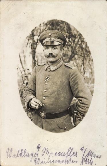 Foto Ak Deutscher Soldat in Uniform, Portrait, Schirmmütze, Zigarre, Knopfband, I. WK