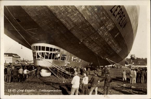 Ak Graf Zeppelin, LZ 127, Landungsmanöver über einem Flugfeld