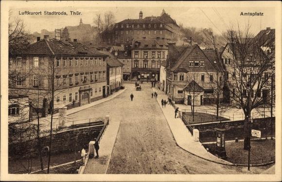 Ak Stadtroda an der Roda Thüringen, Partie auf dem Amtsplatz, Stadtrodaer Zeitung, Brücke, Passanten