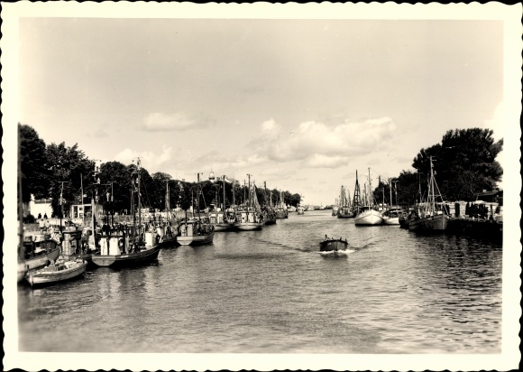 Ak Warnemünde Rostock in Mecklenburg, Partie im Hafen, Boote