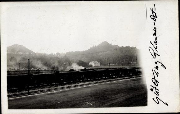 Foto Ak Deutschland?, Eisenbahn, Güterzug im Bahnhof, Berge