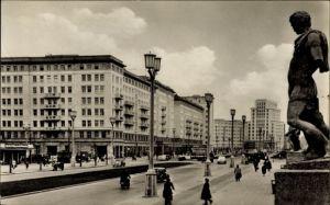 Ak Berlin Friedrichshain, Blick in die Stalinallee, Passanten, Geschäfte, Skulptur