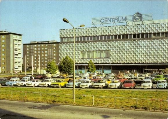 Ak Hoyerswerda in der Oberlausitz, Centrum Warenhaus, Parkplatz, Autos