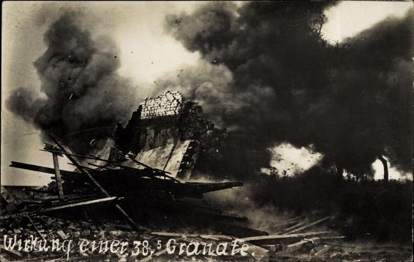 Foto Ak Wirkung einer 38.5cm Granate, Explosion, Kriegszerstörungen, I. WK