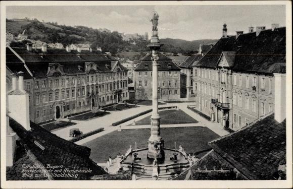 Ak Eichstätt in Oberbayern, Residenzplatz mit Mariensäule, Blick zur Willibaldsburg
