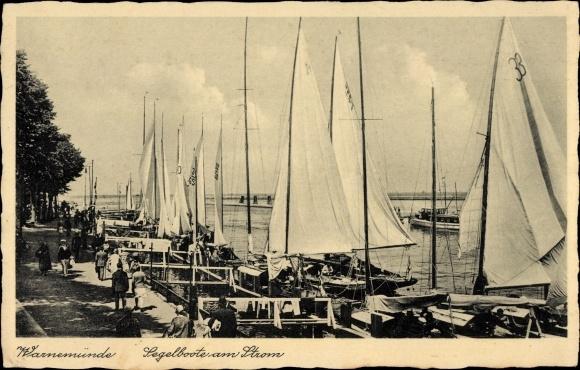Ak Warnemünde Rostock in Mecklenburg, Segelboote am Strom, Spaziergänger