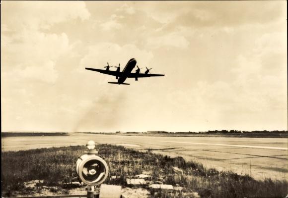 Ak Iljuschin IL-18, Flugzeug Typ Turboprop beim Abheben von der Startbahn, Interflug