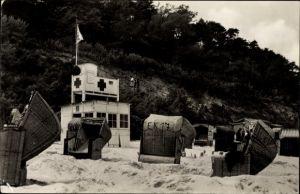 Ak Koserow an der Ostsee, Rettungsstation am Strand, Strandkörbe