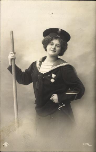 Ak Frau in Matrosenuniform mit Orden, Portrait