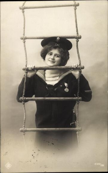 Ak Frau als Seemann in Matrosenuniform, Leiter, Portrait