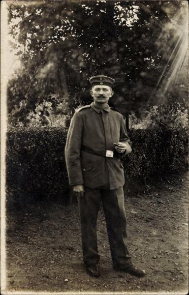 Foto Ak Deutscher Soldat in Uniform, Zigarre, Gürtelschnalle, I. WK