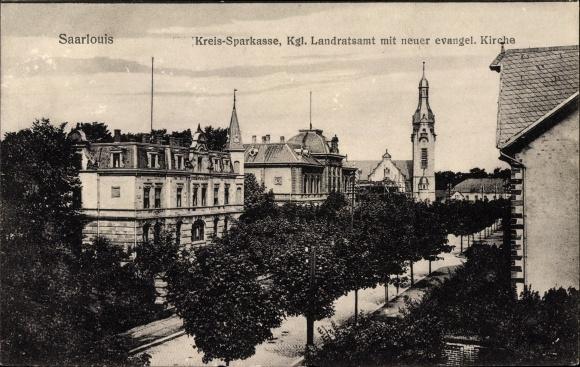 Ak Saarlouis im Saarland, Kreissparkasse, Kgl. Landratsamt, Neue ev. Kirche