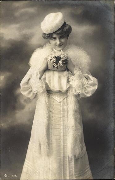 Ak Standportrait einer Frau in langem Kleid mit Pelzstola und Mütze
