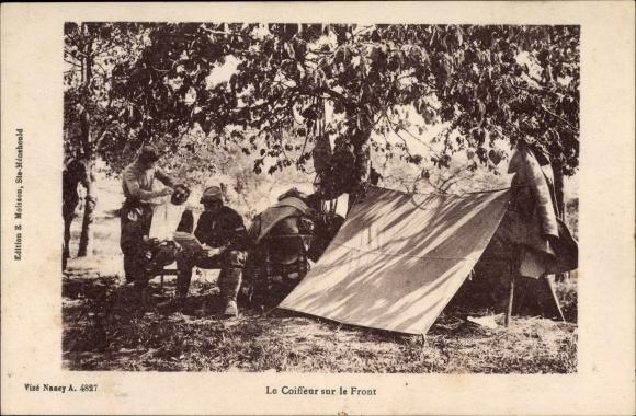 Ak Le Coiffeur sur le Front, französische Soldaten, Friseur, Zelt, I. WK