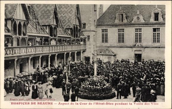 Ak Beaune Côte d'Or, vue générale de l'aspect de la Cour de l'Hôtel Dieu pendant la Vente des Vins