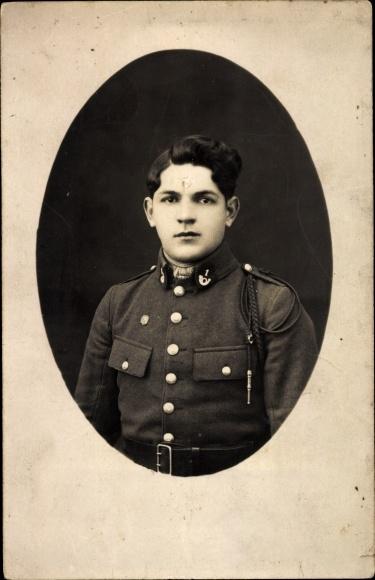 Foto Ak Französischer Soldat in Uniform, Kragenspiegel mit Posthorn und 1