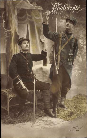 Ak Fraternité, zwei französische Soldaten in Uniform, Säbel, I. WK