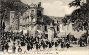 Ak Luchon Haute Garonne, L'Avenue Carnot, Les Gardes en grande tenue