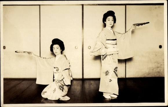 Foto Ak Japan, Zwei Japnerinnen in Kimonos, Tanz mit Fächern, Geishas