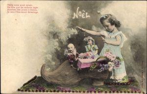 Ak Glückwunsch Weihnachten, Noel, Mädchen und zwei Puppen in einem Holzschuh, Tennisschläger